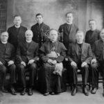Vyskupas Teofilius Matulionis su kunigais